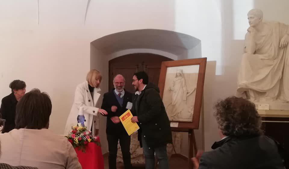 """Il Presidente Regionale di SiciliAntica, Simona Modeo, e il vincitore del premio Mario Catalano durante la cerimonia di premiazione del Concorso """"Storie di Sicilia: racconti, inchieste, reportage"""""""
